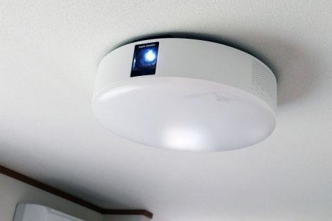 """レビュー】あの照明型プロジェクタがフルHD&短焦点化で""""欠点なし""""「popIn Aladdin 2」 - AV Watch"""