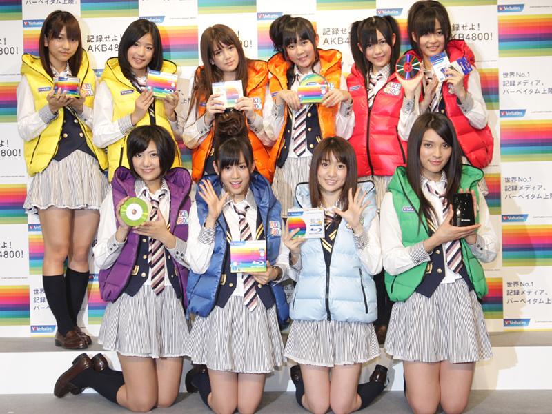 来場したAKB48のメンバー。前列左から、宮澤佐江さん、前田敦子さん、大... 来場したAKB4