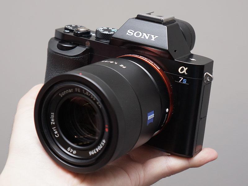 4K動画の撮影にも対応できる「α7S」。レンズは別売 次の画像ソニー、4K非圧縮出力、フルHD