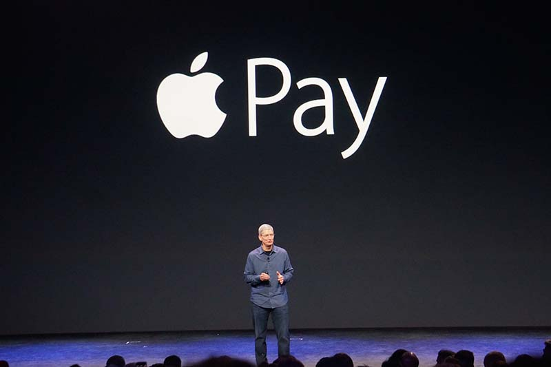 Apple Payを紹介するクックCEO