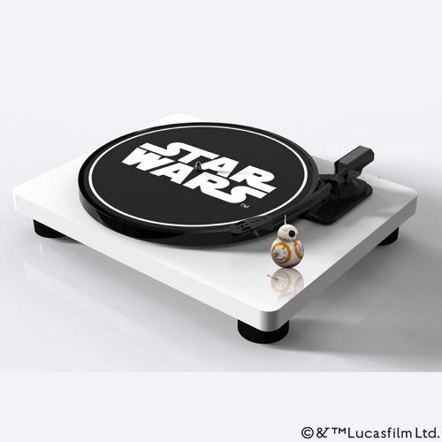 BB-8ドロイドを載せた、スター・ウォーズ仕様のレコードプレーヤー(1/6)